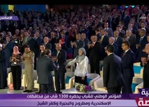 بالفيديو| مريم الأولى على الثانوية تجلس جوار السيسي في مؤتمر الشباب