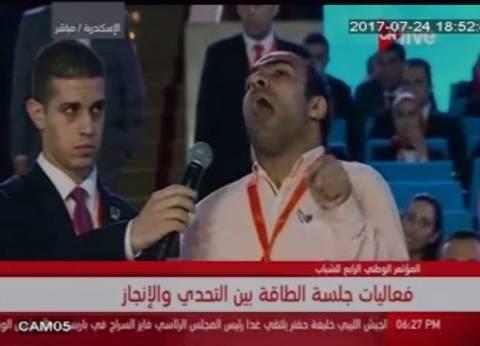 """شاب من ذوي الاحتياجات يصر على سؤال الوزير: """"هل هنبقى دولة نفطية؟"""""""