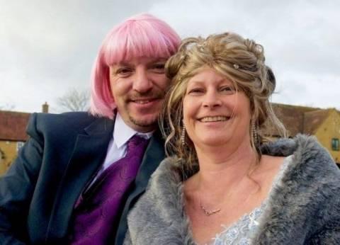 بالصور| رجل يرتدي شعرا مستعارا لدعم زوجته في رحلة علاجها من السرطان