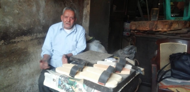 «آخر صنايعية القبقاب»: صحى ويحمى من الروماتويد وبـ15 جنيهاً