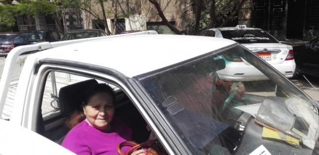 حي العجوزة يساعد مواطنة مسنة للإدلاء بصوتها في الاستفتاء