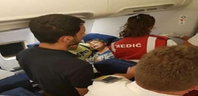 بالفيديو.. ركاب طائرة يدافعون عن أسرة مصرية تعدى عليها الأمن الروماني
