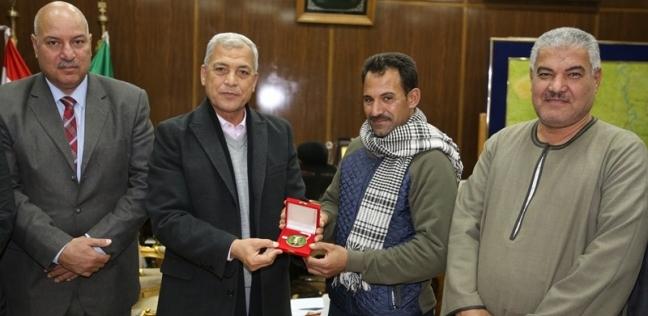 محافظ المنوفية يكرم بطل إنقاذ مصابي حريق محطة مصر