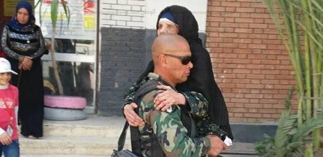 """""""خير أجناد الأرض"""".. جندي يحمل مسنة حتى لجنة انتخابها في البحيرة"""