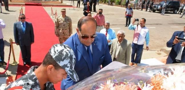بالصور  محافظ سوهاج يضع إكليل زهور على النصب التذكاري لشهداء المحافظة