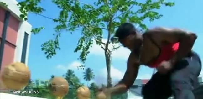 بالفيديو| هندي يستغرق 47 ثانية لكسر 124 ثمرة جوز الهند