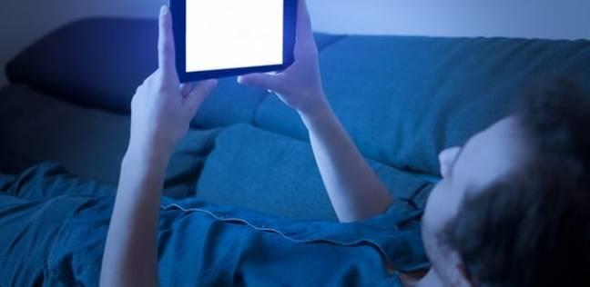 """دراسة: """"الأزرق"""" الصادر من شاشات الهواتف يصيب بالعمى"""