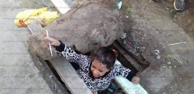 عاجل.. تفاصيل إنقاذ طفلة سقطت في بالوعة صرف صحي بكفر الزيات