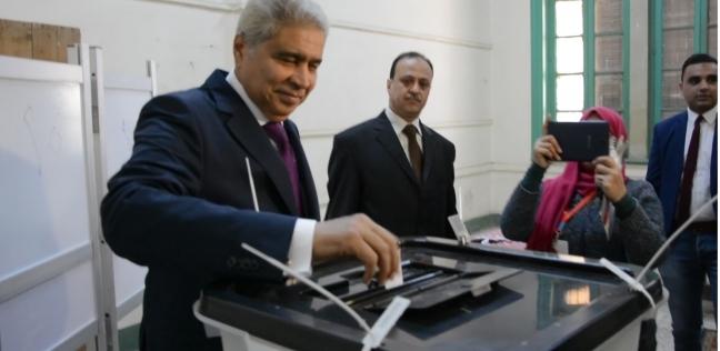 محافظ المنيا يدلي بصوته في الاستفتاء.. ويدعو المواطنين للمشاركة