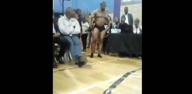 لاعب كمال أجسام ينهي حياته بحركة استعراضة أثناء تحية الجمهور