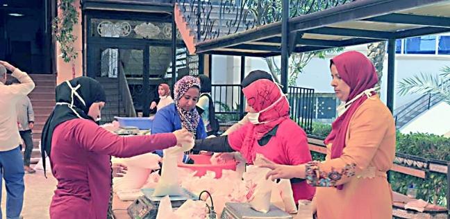 متطوعات يجهزن شنط رمضان
