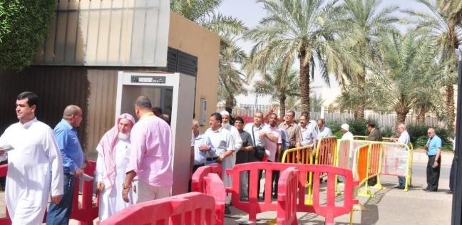 المصريون بالسعودية يتوافدون على لجان الانتخاب للمشاركة في الاستفتاء
