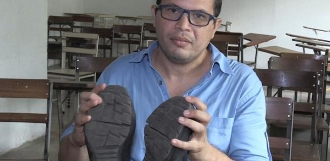 """حذاء أستاذ جامعي """"المهترئ""""  في فنزويلا يحتاج راتب 4 أشهر لإصلاحه"""
