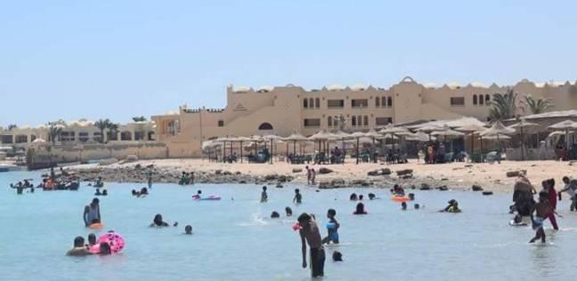 توافد المواطنين على شواطئ الغردقة للاحتفال بثاني أيام العيد