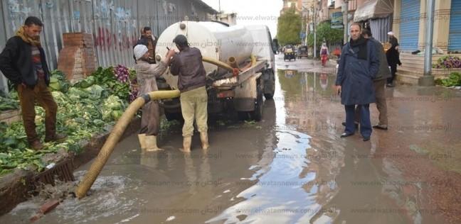"""كسح مياه الأمطار من شوارع """"مطوبس"""" بعد غرقها"""