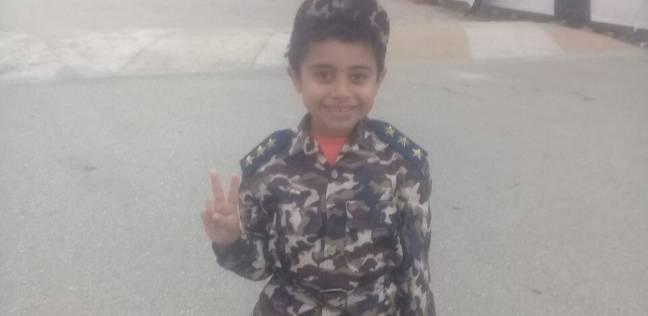 """""""فلوباتير"""" طفل عنده 8 سنوات يظهر في لجنة ببدلة عسكرية: بحب السيسي"""