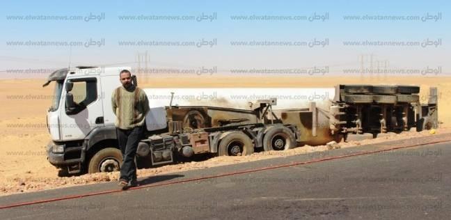انقلاب سيارة مقطورة محملة بـ22 طن أمونيا بالطريق الصحراوي في أسوان
