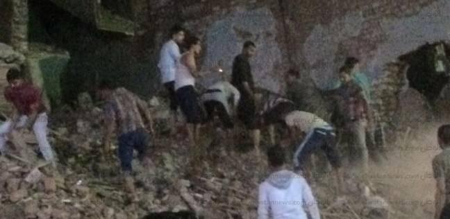 بالصور|مصرع 4 وإصابة آخرين في انهيار عقار مكون من 5 طوابق بأسيوط