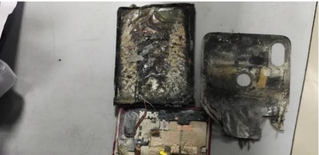 أصيب شاب بحروق شديدة في ساقه اليمنى بعدما انفجر هاتفه فجأة في جيب بنطاله الجينز
