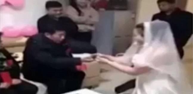 بالفيديو| فتاة صينية تتخلى عن عريسها بسبب والده