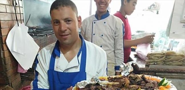 «مصطفى» طباخ بدرجة بكالريوس تربية