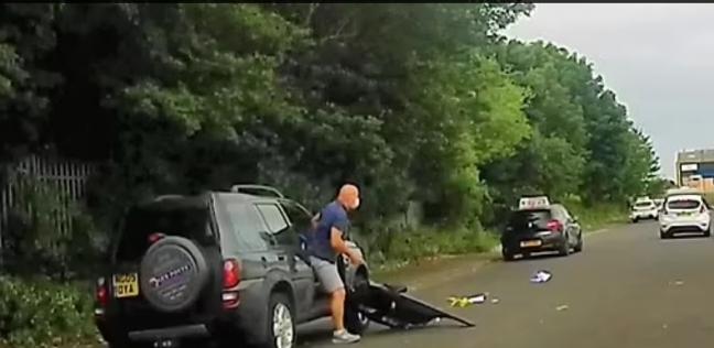 السائق بعد اقتلاع باب سيارته