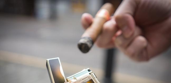 الفيروس انتشر من موظفين يتشاركون ولاعة السجائر
