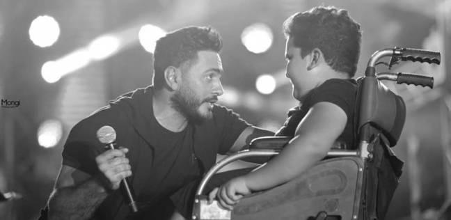 """تامر حسني يغني """"عيش بشوقك"""" لطفل قعيد في نادي الشمس"""