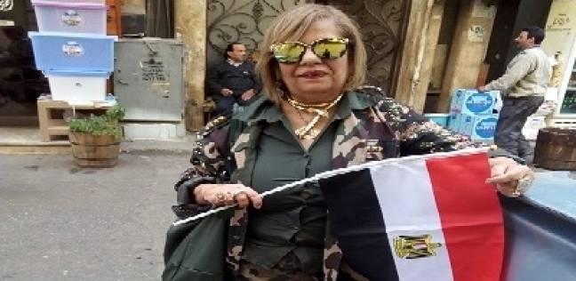 بدلة مموهة وحذاء كاكى وعلم مصر لوازم «سناء» للتصويت فى الانتخابات