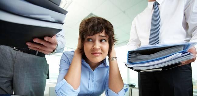 القهر ينتقل مع الموظفين إلى منازلهم.. ويصيب «العاملات» بـ«الضغط والسكر» لأنهن يكتمن مشاعرهن
