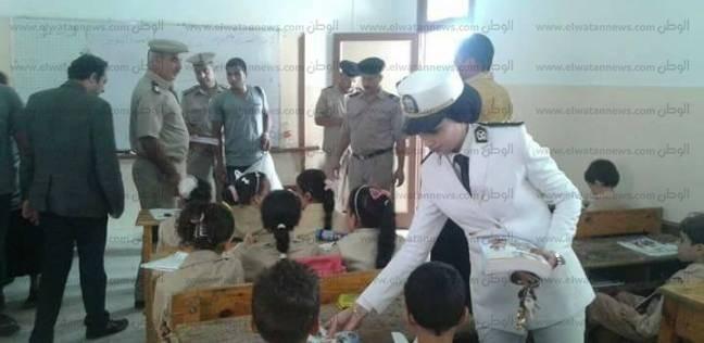 بالصور| أمن كفر الشيخ يوزع أدوات مدرسية على طلاب مدرسة هدى شعراوي