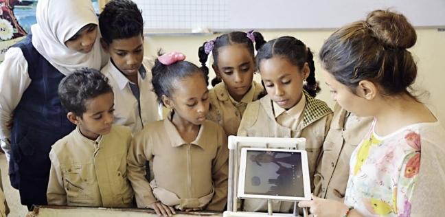 «نسرين» والأطفال خلال ورشة الرسوم المتحركة