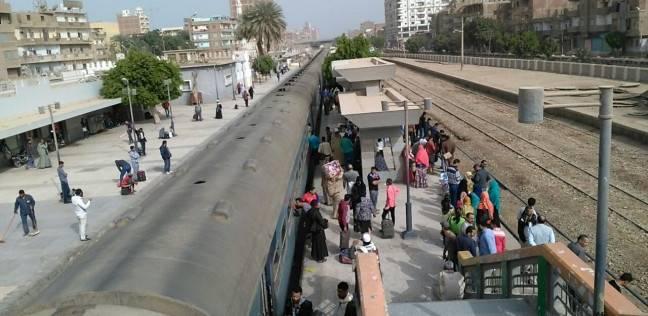إصابة شخصين سقطا من قطار سوهاج أثناء هروبهما من الحر والزحام