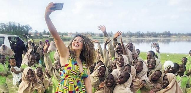 «أسماء» تستمتع بشواطئ السنغال