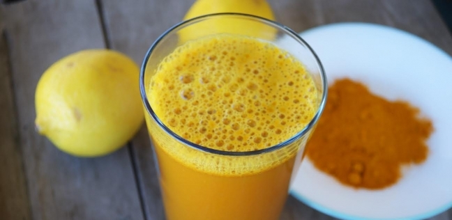 10 فوائد مذهلة لعصير الليمون بالكركم .. يعزز المناعة ويفقد الوزن