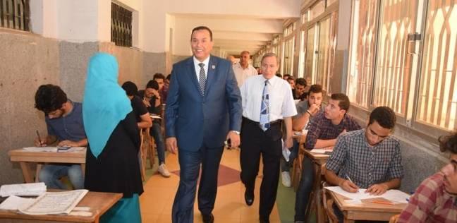 رئيس جامعة المنوفية يتفقد امتحانات الهندسة الإلكترونية