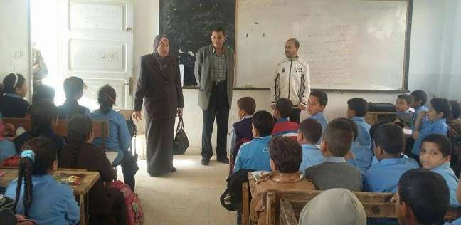 """توزيع الكتب المدرسية على طلاب """"برج العرب"""" بالإسكندرية دون التقيد بدفع المصروفات"""