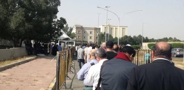 طوابير أمام سفارة مصر بالكويت للمشاركة بالاستفتاء