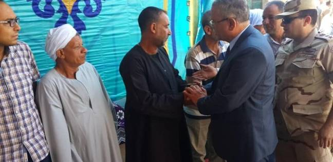 محافظ المنيا يقدم واجب العزاء لأسر شهيدي الواجب في سيناء