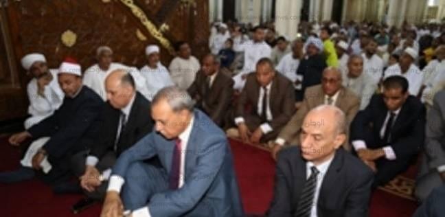 """محافظ قنا يؤدي مع المئات صلاة العيد بـ""""سيدي عبدالرحيم"""".. ويوزع الهدايا"""