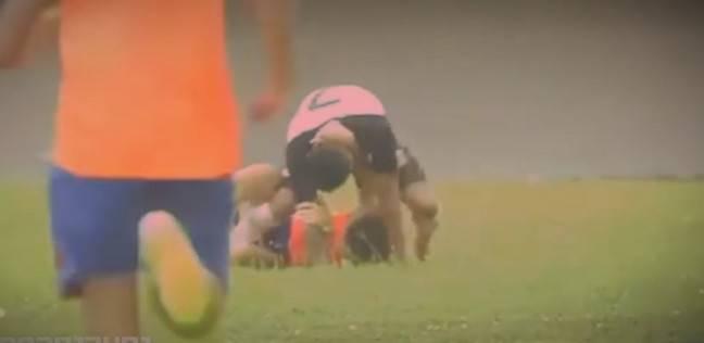 بالفيديو| لاعب برازيلي يعتدي بالضرب على مشجع فرح بهدف فريقه