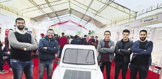 الطلاب حول السيارة الذكية