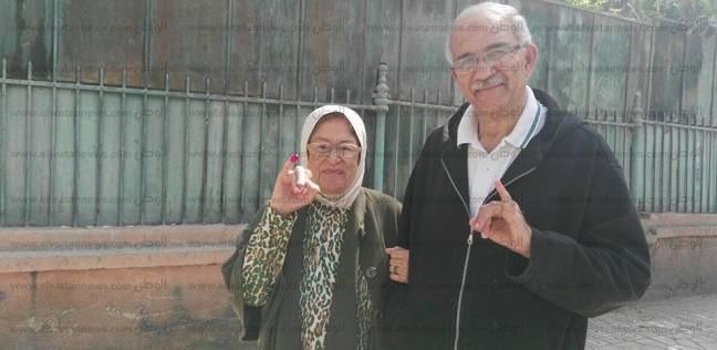 """ثمانينية تتكئ على ابنها الستيني للتصويت في الانتخابات: """"كان لازم أجي"""""""