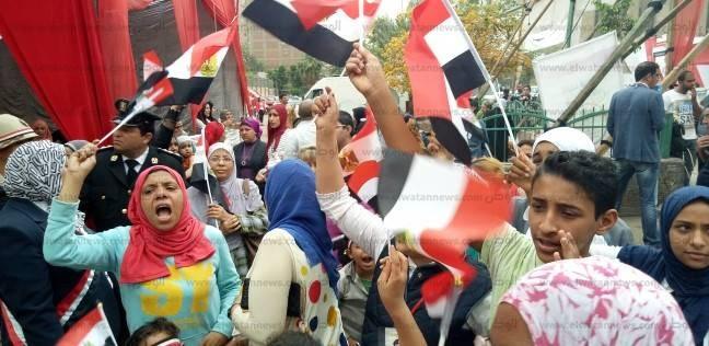 """هتافات أمام لجنة انتخابية بشبرا: """"مسلم ومسيحي إيد واحدة"""""""