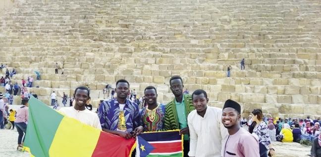 شباب أفريقيا يحتفلون في سفح الأهرامات