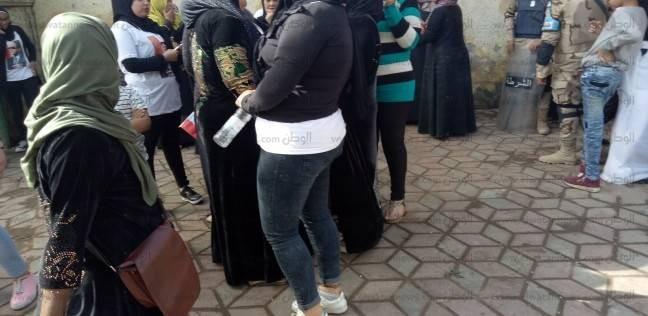أجواء احتفالية أمام لجنة مدرسة الأقباط بشبرا