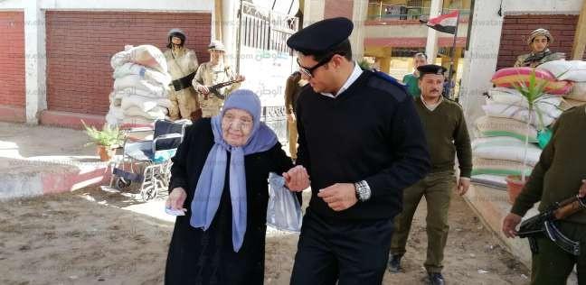 بعد توجهها للجنة خطأ.. ضابط شرطة يساعد مسنة في الوصول للجنتها الصحيحة