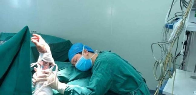 طبيب ينام فى غرفة العمليات بعد 6 جراحات