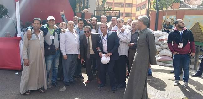 مواطنون يلتقطون صور تذكارية أمام لجنة الجبرتي بمنشأة ناصر