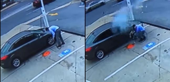 بالفيديو| لحظة انفجار إطار سيارة في وجه سائق بسبب ضغط الهواء